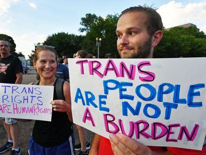 """Protesto em Washington contra o veto de Trump às pessoas transgênero no Exército. Nos cartazes, """"direitos trans são direitos humanos"""", e """"pessoas trans não são um fardo""""."""