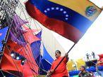 """AME3028. CARACAS (VENEZUELA), 03/12/2020.- Fotografía cedida por Prensa de Miraflores donde se observa al presidente de Venezuela, Nicolás Maduro, en un acto de cierre de campaña de candidatos a diputados a la Asamblea Nacional hoy jueves en Caracas. Maduro respondió al Gobierno de Estados Unidos que no le importa su opinión sobre las elecciones legislativas que se celebrarán el domingo y que han sido tachadas de """"ilegítimas"""" por el Ejecutivo de Donald Trump. EFE/ PRENSA MIRAFLORES/ NO VENTAS/ SOLO USO EDITORIAL"""
