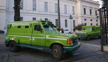 Caminhões blindados transportam dinheiro do Banco Província, em La Plata.