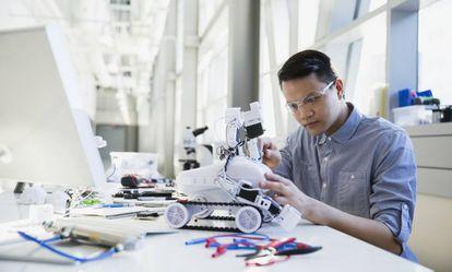 Engenheiro construindo um robô.
