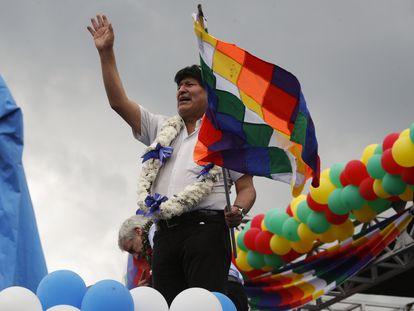 O ex-presidente boliviano Evo Morales acena a simpatizantes durante um comício com simpatizantes em Chimoré, departamento de Cochabamba, Bolívia.