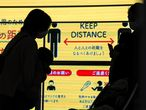-FOTODELDIA- Tokio (Japón) 15/01/2021.- Dos madres con sus bebés en brazos mantienen la distancia social en Tokio (Japón) este viernes, después de que las autoridades locales anunciaran que se registraron 2001 nuevos casos de la covid-19 en un día. El Gobierno japonés ha declarado el estado de emergencia en once prefecturas del país. EFE/KIMIMASA MAYAMA