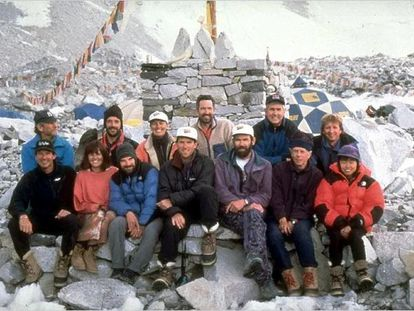 Vários dos alpinistas que tentaram chegar o topo em 1996. Na fileira de baixo, Krakauer é o terceiro à esquerda.