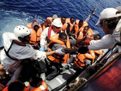 EL PAIS acompanha dois resgates de 230 migrantes em frente ao litoral do Líbia em um navio do MSF