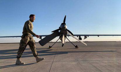 Um soldado norte-americano caminha diante de um drone na base aérea de Ain al Assad, no Iraque, em 13 de janeiro.