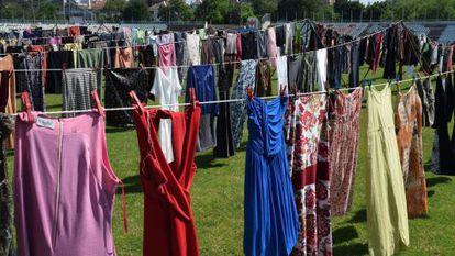 Instalação em Pristina em homenagem a mulheres vítimas de abuso sexual da Guerra do Kosovo.
