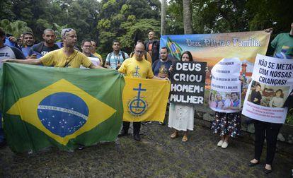 Grupos opositores à abertura da mostra Queermuseu protestam no Parque Lage, no Rio de Janeiro, em agosto de 2018.