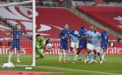 Kepa espalma uma bola no jogo do Chelsea contra o Manchester City, pela Copa da Inglaterra.