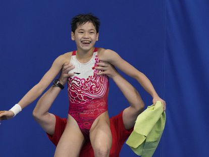 A chinesa Quan Hongchan comemora seu triunfo nos saltos de plataforma 10 metros.