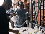 Vecinos reciben comida en una iglesia del Bronx (Nueva York), el 22 de octubre.