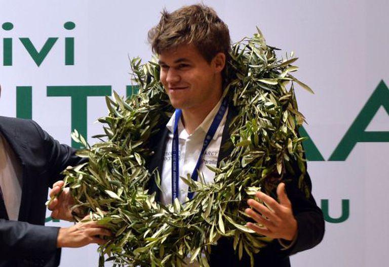 Carlsen, com a coroa de louros dos campeões.