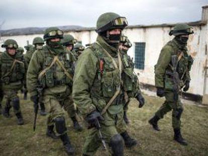 Soldados russos rondam uma base ucraniana em Perevalnoye.