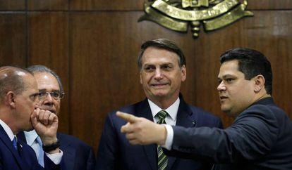 Bolsonaro ao lado de Alcolumbre, observados por Guedes e Onyx Lorenzoni no Senado.