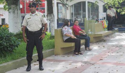 Um policial em Zacatecoluca, El Salvador.