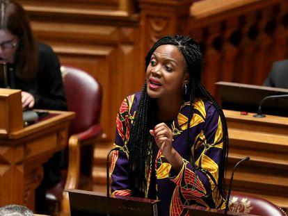 Joacine Katar Moreira, uma das deputadas ameaçadas, em outubro no Parlamento.