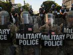 """Elementos de la Guardia Nacional resguardan las afueras de la Casa Blanca este lunes. Trump dijo que desplegaría """"miles y miles"""" de soldados """"fuertemente armados"""" para frenar los disturbios desatados por la muerte en Minneapolis del afroamericano George Floyd en manos de la policía."""