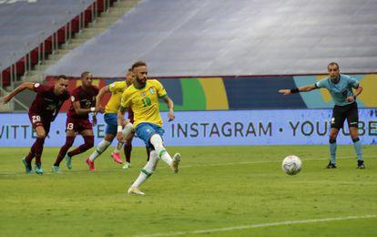 Neymar fez o segundo gol cobrando pênalti.