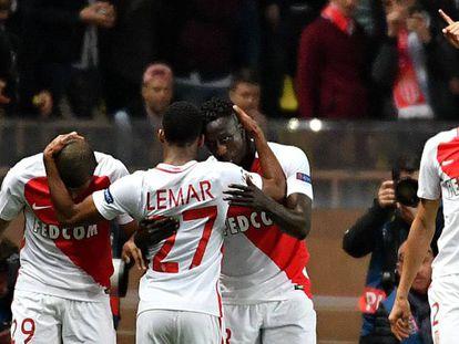 Jogadores do Monaco comemoram o gol de Fabinho.
