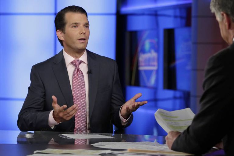 Donald Trump Jr. na entrevista com Sejam Hannity em Fox News Channel.