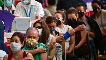 Um grupo de pessoas espera em observação após receber a vacina Pfizer-BioNTech na Cidade do México em 11 de maio.