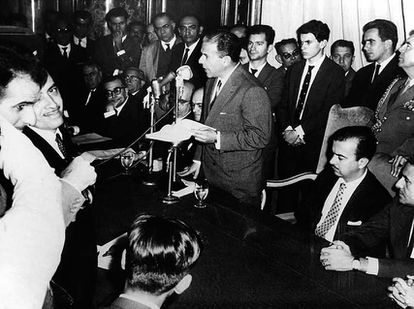 O presidente João Goulart discursa, ao lado do primeiro-ministro Tancredo Neves, na cerimônia de instalação da Eletrobras, em 1962.