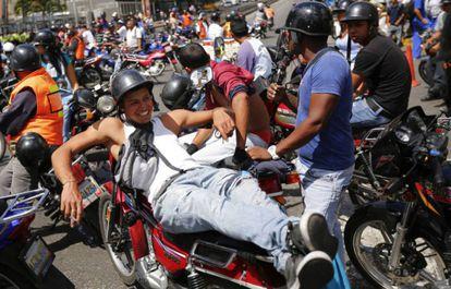 Os motociclistas durante protesto.