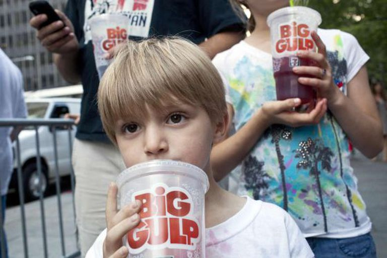 Dois garotos durante um protesto contra a proposta de proibir os refrigerantes em Nova York.