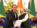 New Delhi (India), 25/01/2020.- Indian Prime Minister Narendra Modi (R) and Brazilian President Jair Messias Bolsonaro (L) reacts after they signed a series of bilateral agreements at Hyderabad House in New Delhi, India, 25 January 2020. President Bolsonaro is on a four-day state state visit to India and will be the chief guest for Republic Day celebration 2020. (Brasil, Nueva Delhi) EFE/EPA/HARISH TYAGI