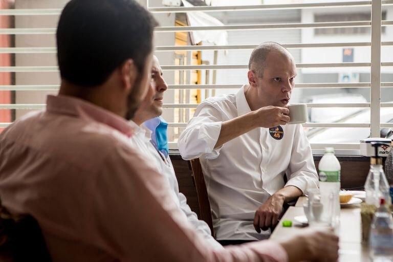 O prefeito Bruno Covas durante café da manhã com apoiadores em 12 de novembro, na zona sul de São Paulo