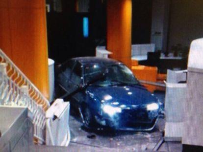 O carro chegou até o saguão do edifício.
