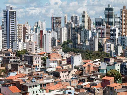 Favela e bairro nobre: IPTU pesa mais no orçamento das famílias pobres.