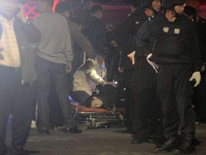 Uma vítima é examinada depois do ataque na China.