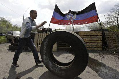 Um homem diante de uma barricada da autoproclamada República de Donetsk.