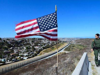 Uma agente na fronteira entre a Califórnia (Estados Unidos) e o México.
