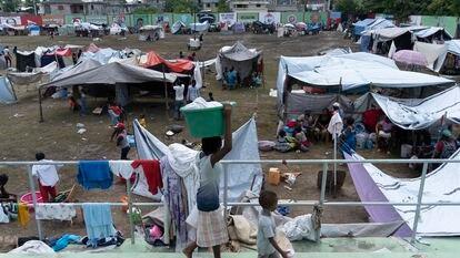 Centenas de famílias estão abrigadas no acampamento em Los Cayos após perderem suas casas no terremoto.