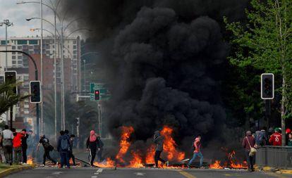 Barricada erguida durante os protestos de outubro no Chile