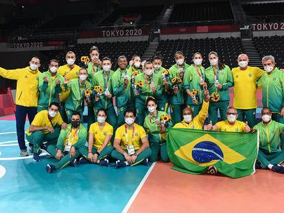 Equipe brasileira posa com a medalha de prata em Tóquio.