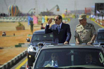 O marechal Al Sisi, como civil, passa em revista as tropas na cidade de Suez.
