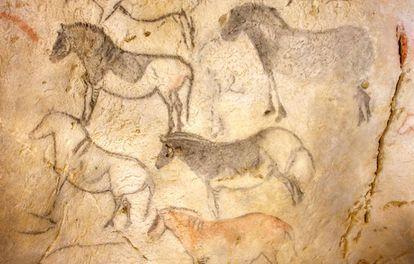 Cavalos pintados há 15.000 anos na gruta de Ekain, Guipúzcoa.