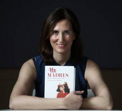 María Fernández-Miranda com seu livro.