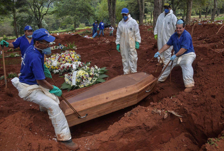 Fucnionários de um cemitério da Vila Formosa, em São Paulo, realizam um sepultamento na terça-feira, 31.