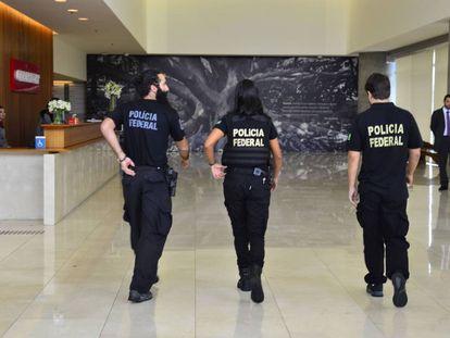 Policiais na sede da Odebrecht, em São Paulo, em fevereiro.