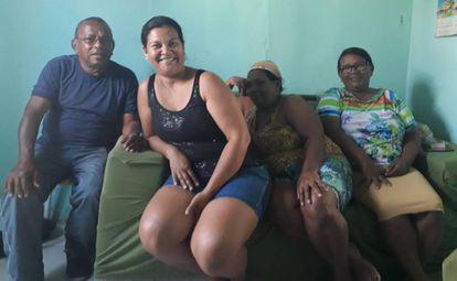 Os irmãos Edson, Tereza Cristina e Edilene Barbosa Silva, e a nora Evany Maria Evaristo (ao centro) dizem que o WhatsApp mais confunde do que ajuda na hora de escolher um candidato.