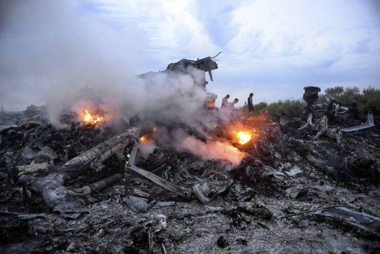 Fotografia de julho 2014 que mostra restos do Boeing 777 da Malaysia Airlines abatido ao sobrevoar o leste da Ucrânia.