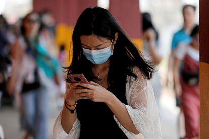 Turista chinesa usa uma máscara no Sri Lanka.