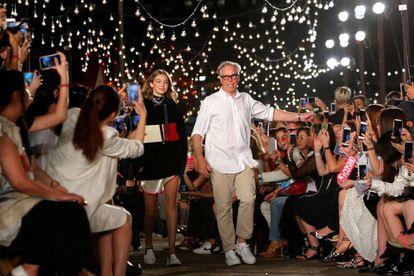 Gigi Hadid e o estilista Tommy Hilfiger depois do desfile de sua coleção na Semana da Moda de Nova York em fevereiro.