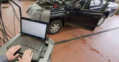 Mecânico em Hannover, na Alemanha, faz testes em carro.