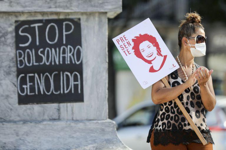 Manifestante participa de protesto 'Stop Bolsonaro' em Lisboa, no último domingo.