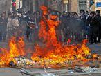 Protesta de ultraortodxos contra el confinamiento, el martes en Mea Shearim, en Jerusalén.