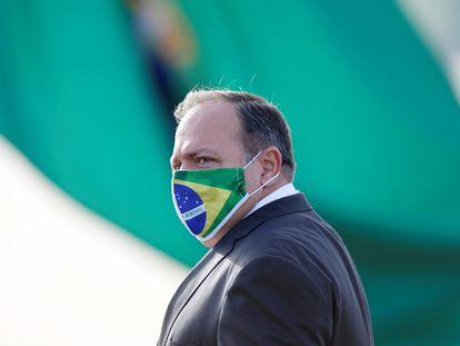 O ministro interino Eduardo Pazuello, antes de uma cerimônia de hasteamento de bandeira nacional em frente ao Palácio da Alvorada.